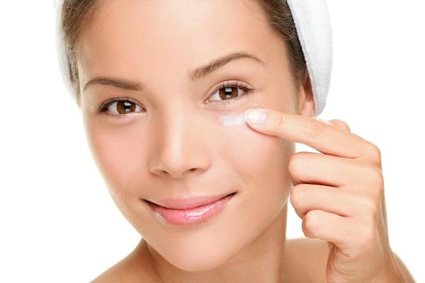 Bật mí bí quyết chăm sóc da cho phụ nữ tuổi 40 - Bôi kem dưỡng vùng mắt