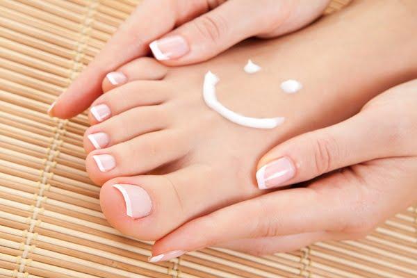 Chăm sóc da chân nuột nà bằng vài mẹo đơn giản - Bôi kem dưỡng