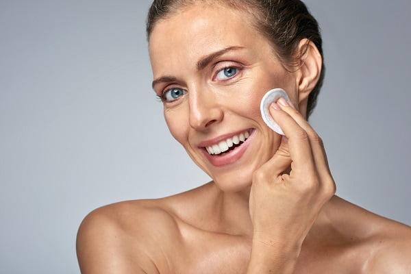 Hướng dẫn cách chăm sóc da ban đêm cho phụ nữ 30 tuổi - Dùng sữa rửa mặt dịu nhẹ