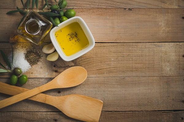 Hướng dẫn phương pháp trẻ hóa làn da tuổi 30 - Dầu olive, trà xanh