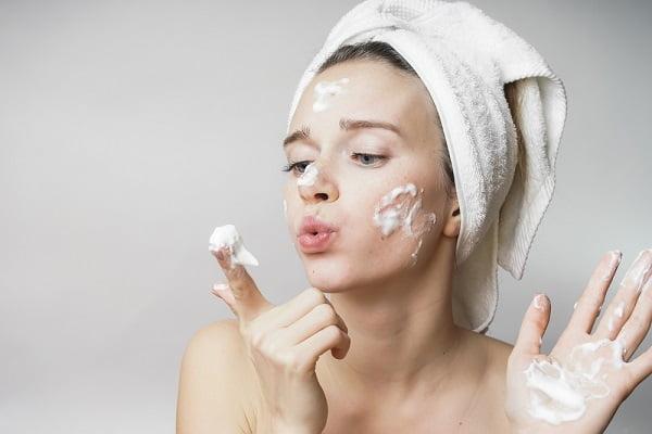 Phụ nữ tuổi 35 chăm sóc da mặt như thế nào? - Chọn sữa rửa mặt dịu nhẹ