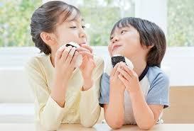 oa sau khi đánh răng, chỉ nha khoa sẽ làm sạch răng, lấy thức ăn thừa còn trong những kẽ răng.