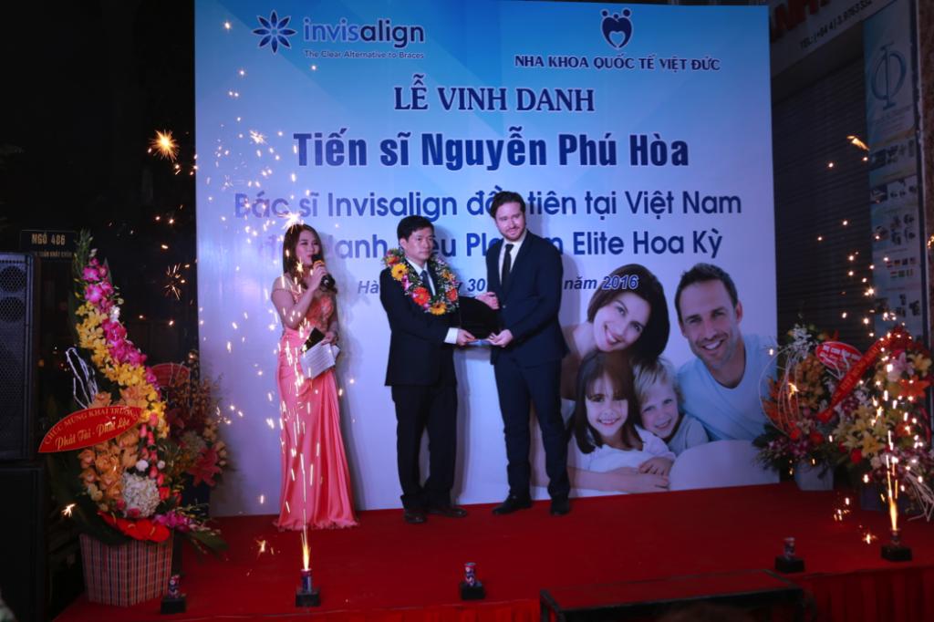 Tiến sĩ Nguyễn Phú Hoà nhận chứng chỉ Invisalign Platinum Elite từ ông Angelo Maura của tập đoàn Invisalign
