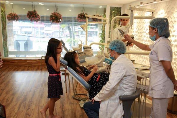 trẻ khám răng định kỳ