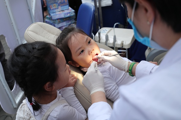 bác sĩ phú hòa khám răng cho trẻ